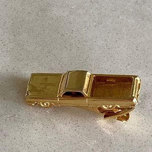 VINTAGE GOLD TONE PICK UP TRUCK TIE CLIP